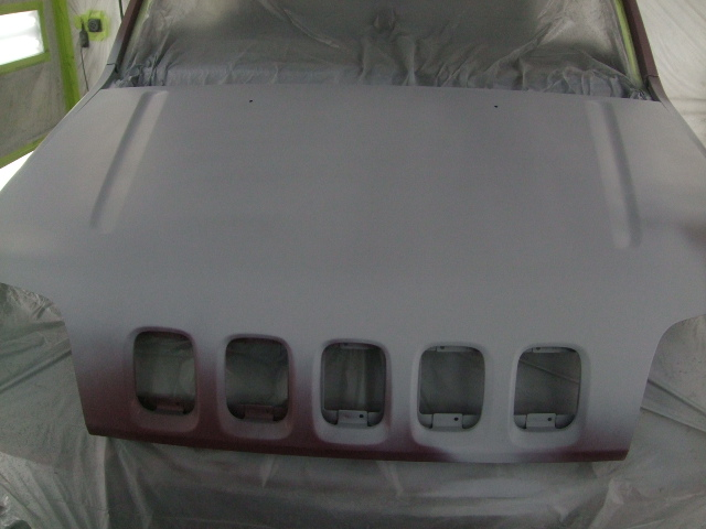 サフェーサー塗布。ボンネットは塗膜劣化が少し見られたので、全体的に塗布します。