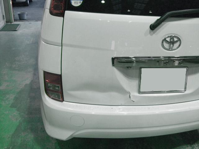 トヨタ アイシス  リヤゲート 板金塗装