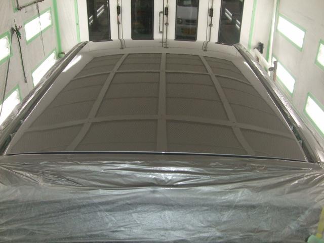 2回目のクリアーコーティングを塗ると天井まで映し出すほどの仕上がりになります。